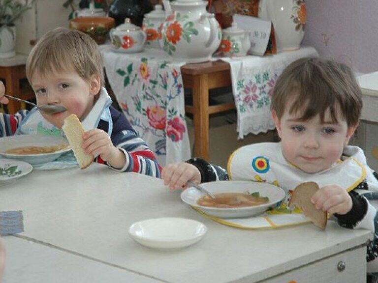 ''Угрожали заклеить глаза и били ''волшебной палочкой'': как издеваются в украинских детсадах