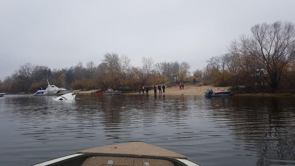 На место сразу выехали спасатели и водолазы, которые начали поднимать со дна яхту