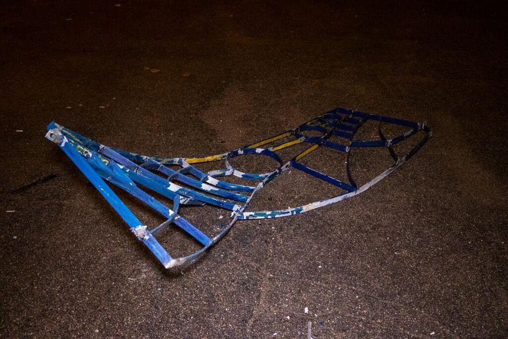 В Киеве машину занесло на тротуар, где она влетела в забор и перевернулась на бок