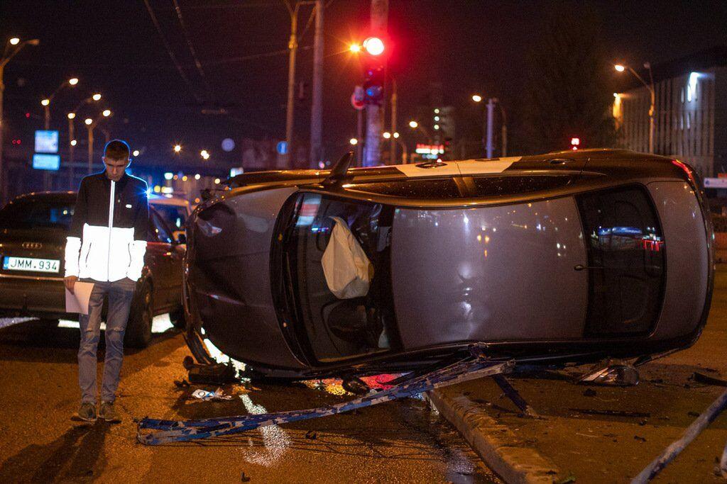 В Киеве 8 ноября на проспекте Степана Бандеры произошло ДТП с участием автомобиля Hyundai Accent службы такси Bolt