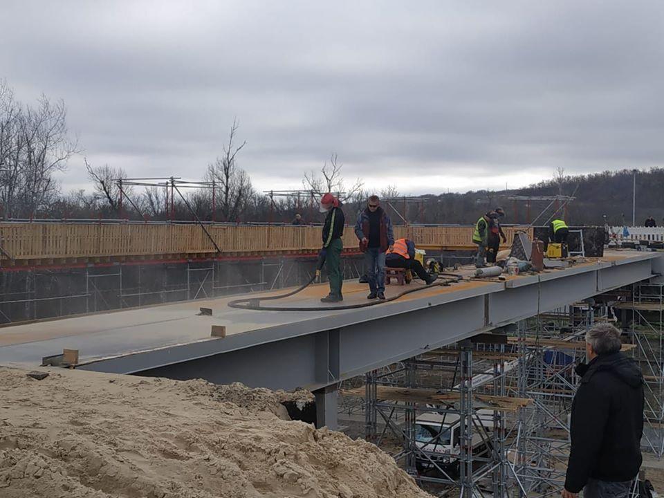 Украинская сторона восстанавливает мост вблизи Станицы Луганской