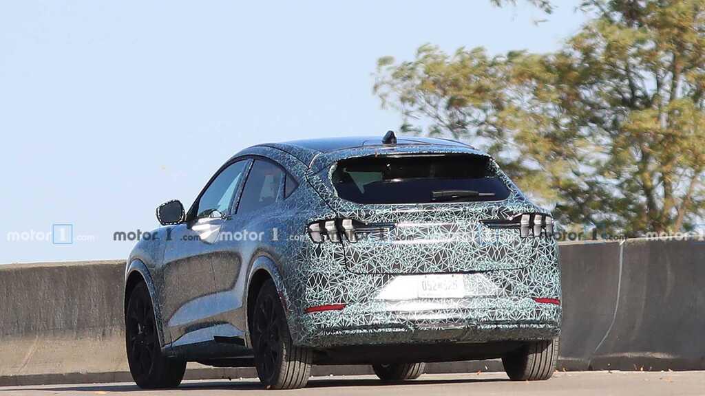 На фото ззаду добре видно характерні ліхтарі а-ля Mustang
