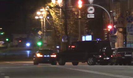 Служебное авто Государственного управления делами и кортеж Коломойского покидают офис олигарха вечером 28 октября
