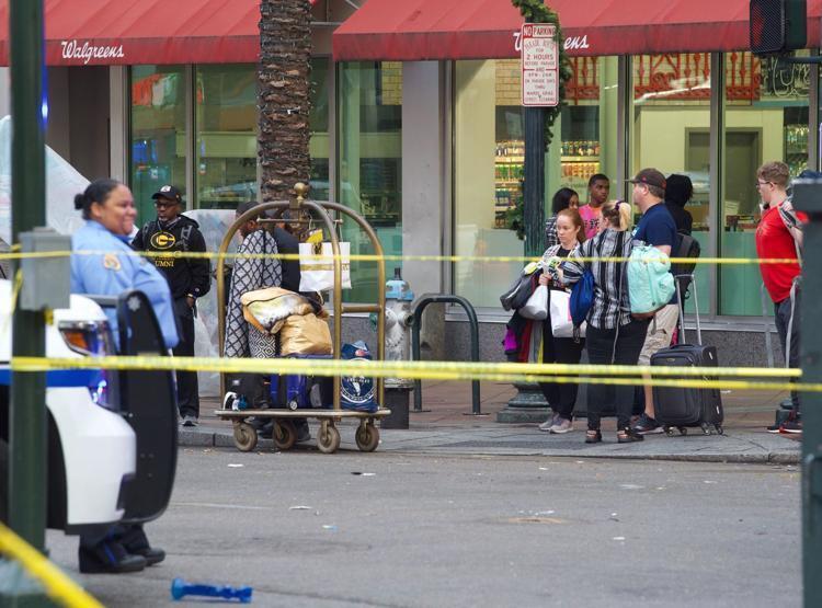 Стрельба в Новом Орлеане - люди покидают улицу