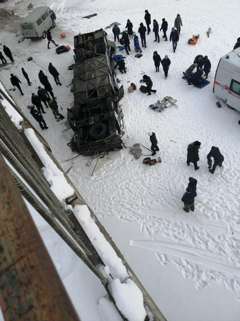 В России с моста на лед рухнул автобус с людьми