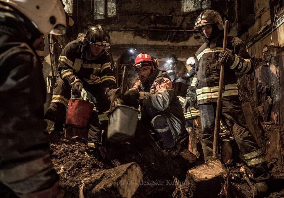 Спасатели на разборе завала