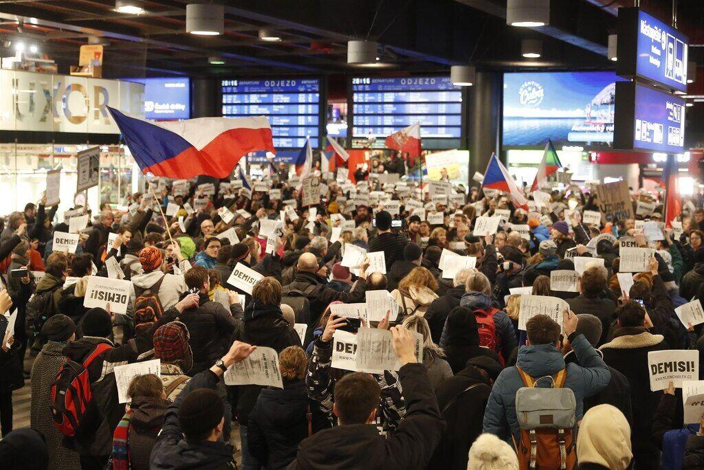 """Чехія """"вдарила"""" по прем'єру багатотисячними протестами"""