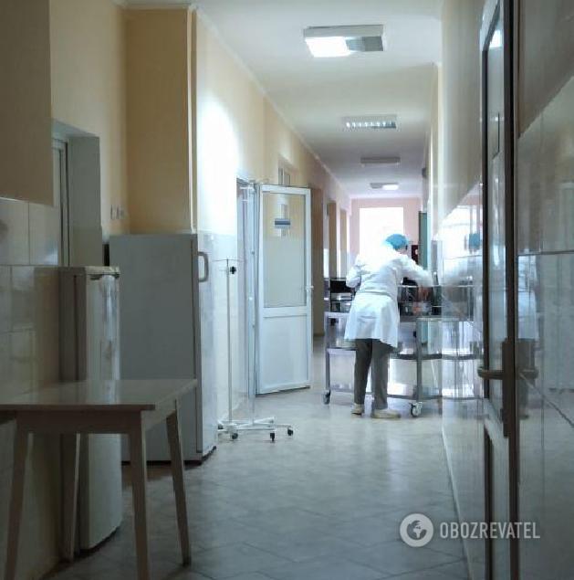 """На фото - отделение хирургии Киево-Святошинской райбольницы в Боярке, куда доставили второго водителя  Позже выяснилось, что врачи """"спрятали"""" парня в другое отделение с ограниченным доступом"""