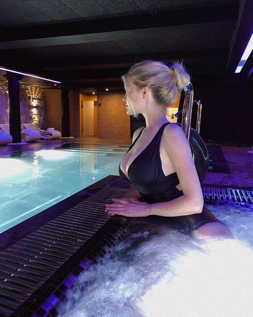 Наталья Болюх в пикантном купальнике