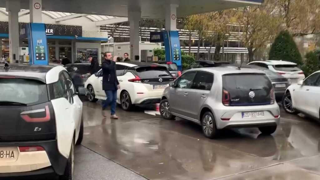 Власники електромобілів заблокували АЗС