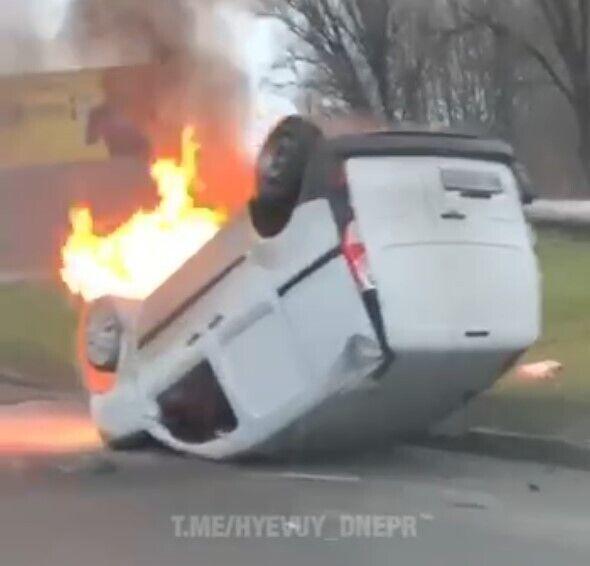 Авто перевернулось и загорелось: в Днепре случилось жуткое ДТП с пострадавшими. Фото и видео