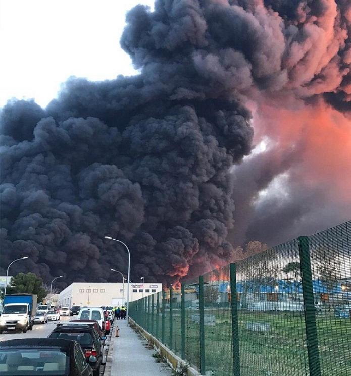 Поднялся черный дым, власти в панике: в Испании адский пожар на химзаводе. Видео
