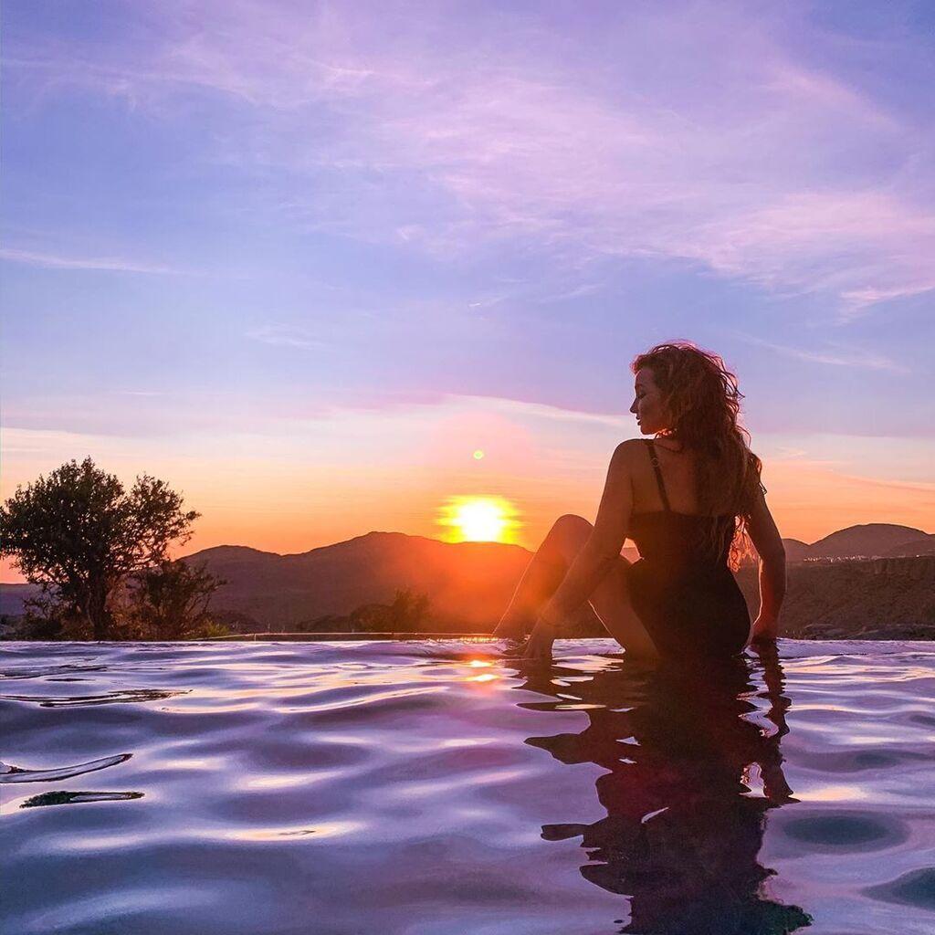 Анфиса Чехова в купальнике на фоне заката