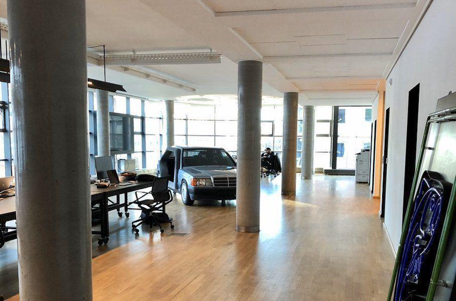 Mercedes 190 перетворили на кімнату для переговорів