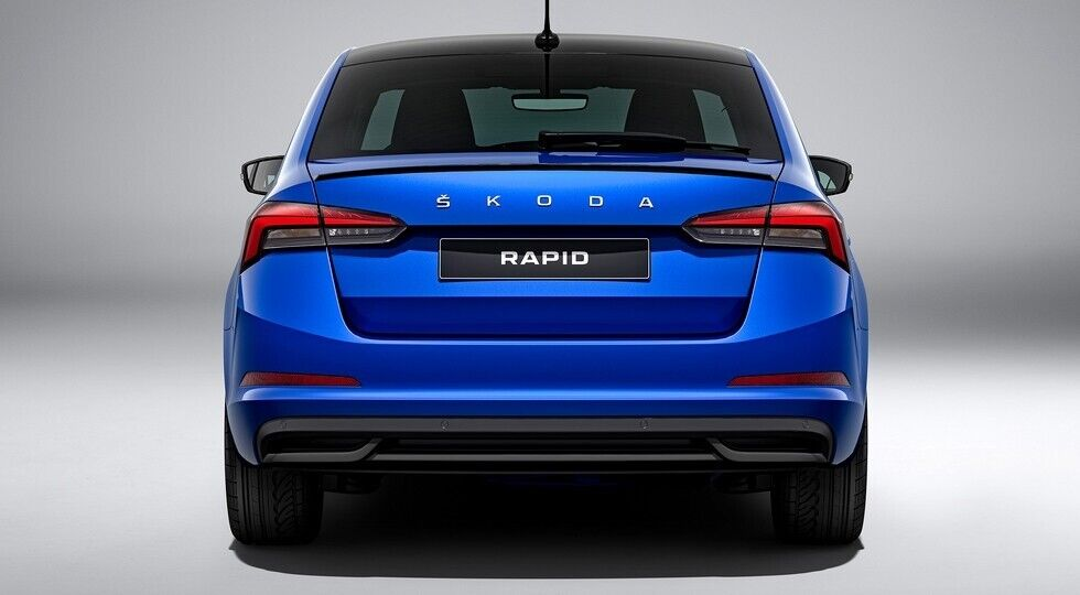 Кришку багажника прикрасив напис Rapid