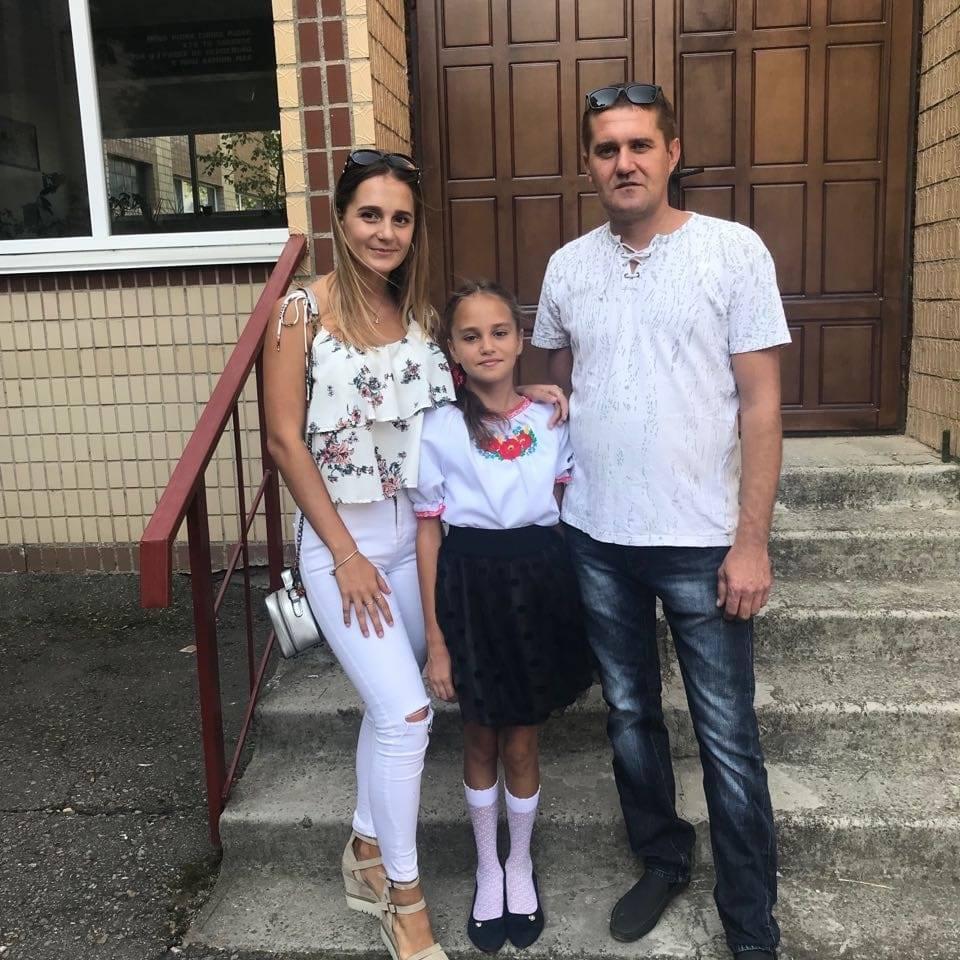 Даша Лукьяненко (в центре) с сестрой и отцом