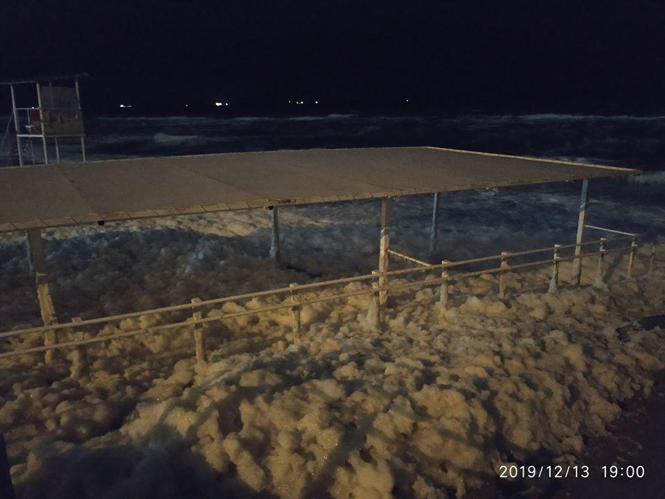 """Пляжі """"спінилися"""": наслідки шторму на узбережжі Одеси"""