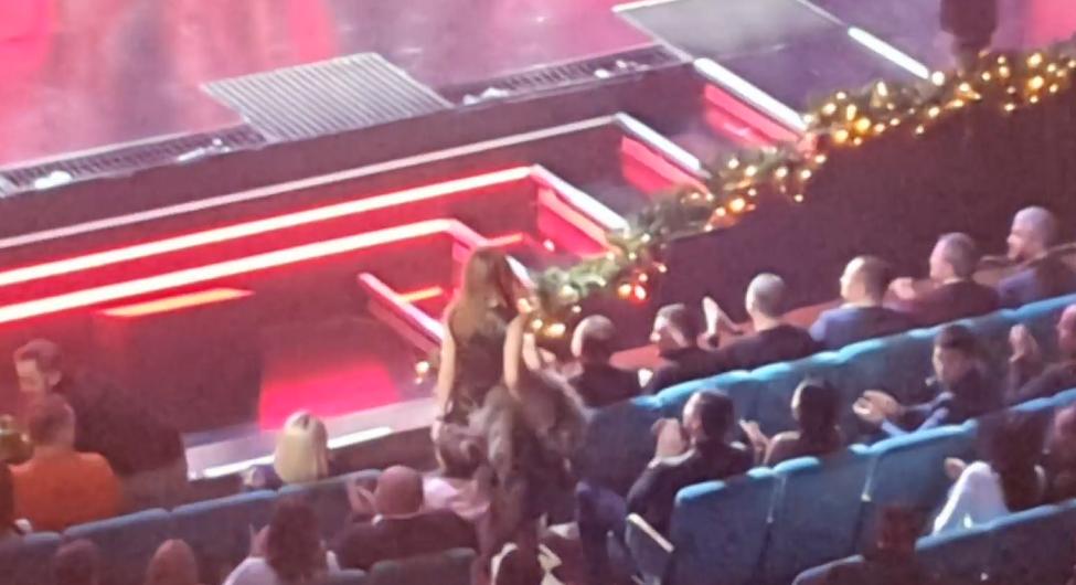 Зеленський сидить в першому ряду