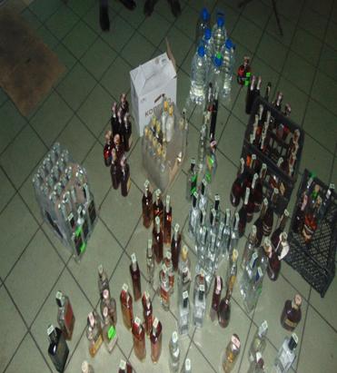 Поліція вилучила пляшки в кафетерії