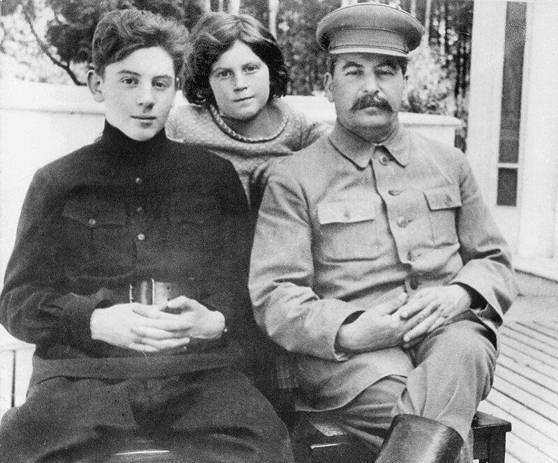 Сталін з дітьми: Василем (зліва) і Світланою (в центрі)