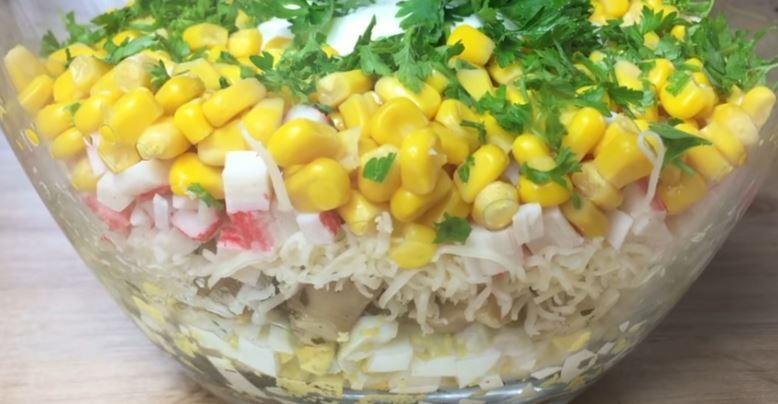 Слоеный салат с крабовыми палочками и грибами