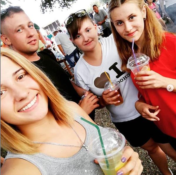 Аліна з друзями і сестрою