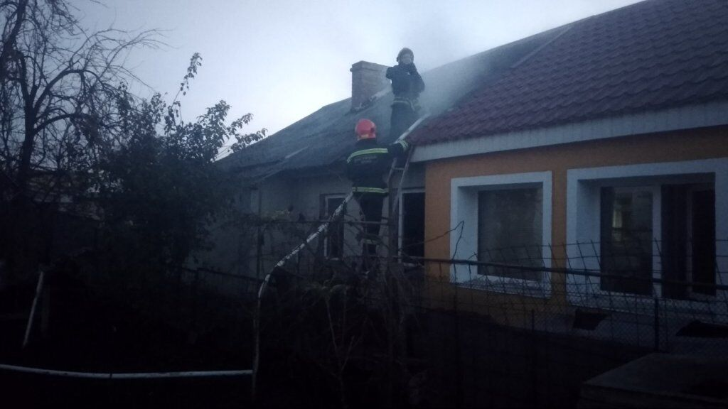 Загорання будинку помітили сусіди