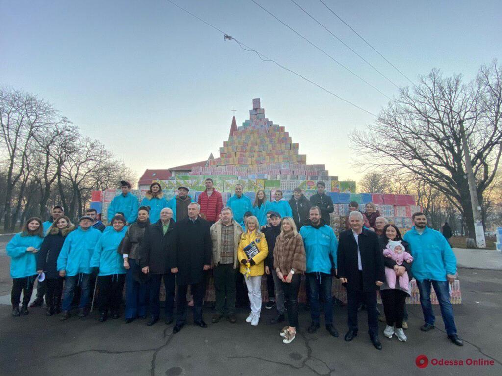 В Одесі спорудили гігантську піраміду з подарунків