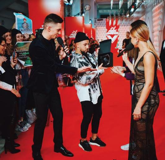Поклонники MONATIK вручили артисту свою премию на М1 Music Awards