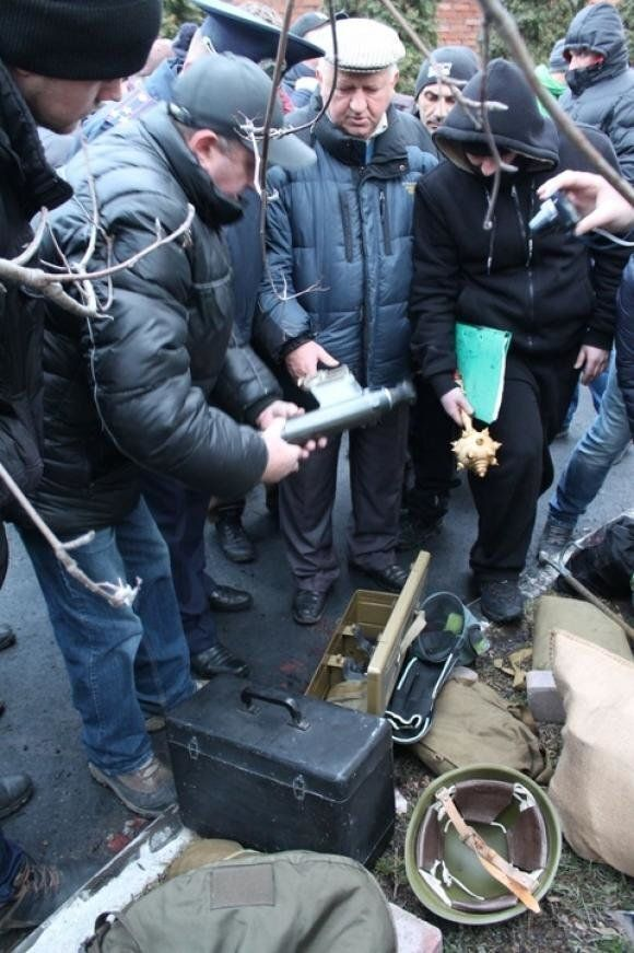 Майдановцы проводят обыски в Хмельницком СБУ 20 февраля 2014