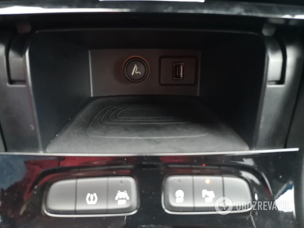В машине много различных отделений для мелких вещей