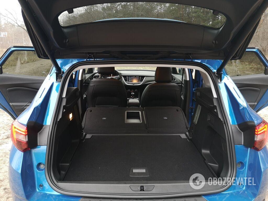 При сложенной спинке заднего ряда полезный объем багажника увеличивается до 1652 литров