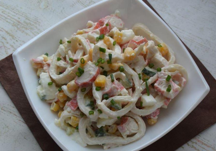 Дивовижний салат з кальмарами і крабовими паличками: простий рецепт