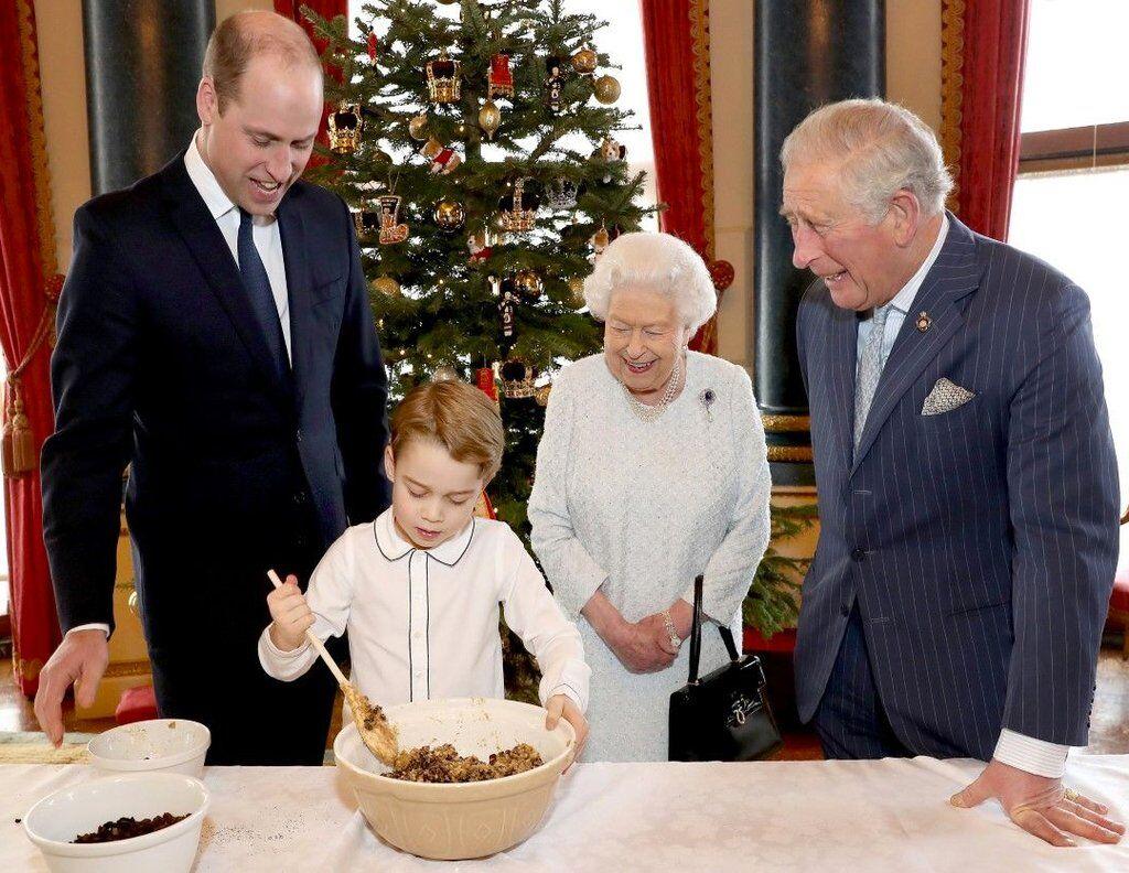 Принц Джордж готує пудинги