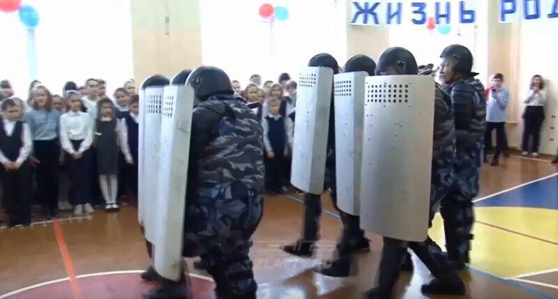 Бійці продемонстрували учням прийоми розгону демонстрантів