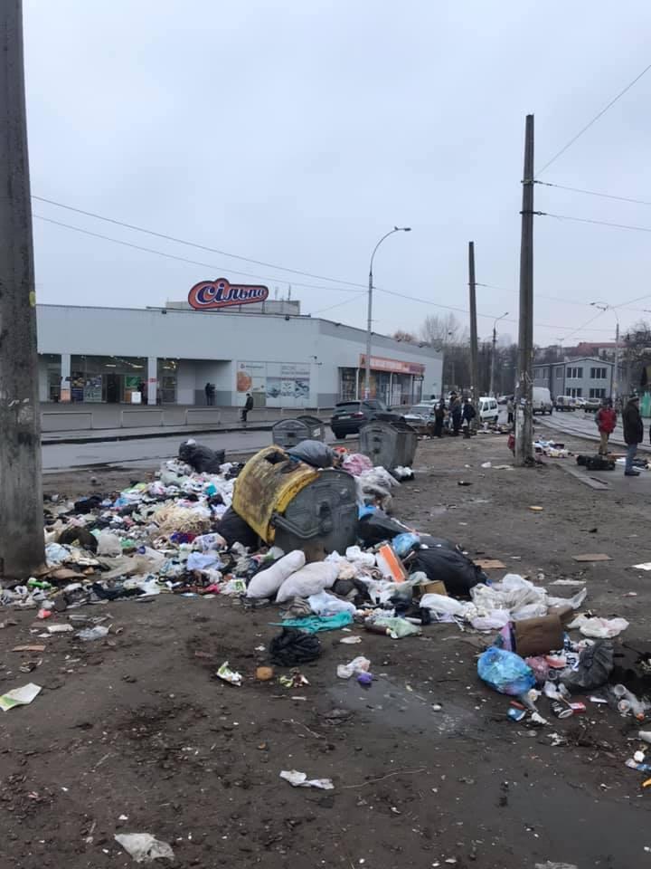 У мережі показали гори сміття посеред Києва