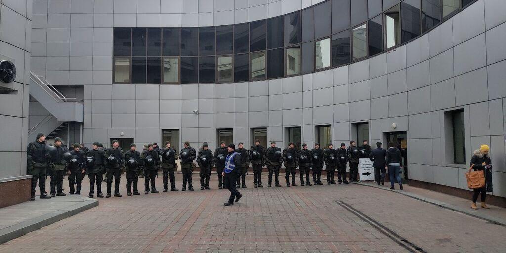 Под зданием Апелляционного суда города Киева собрали больше сотни правоохранителей