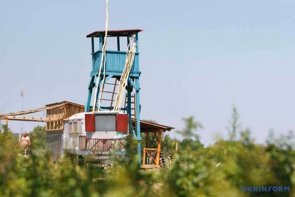 Приватний кордон на Закарпатті охороняли саморобні вишки