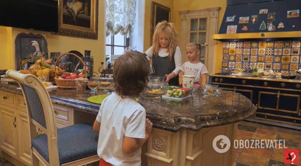 Алла Пугачева с детьми на кухне
