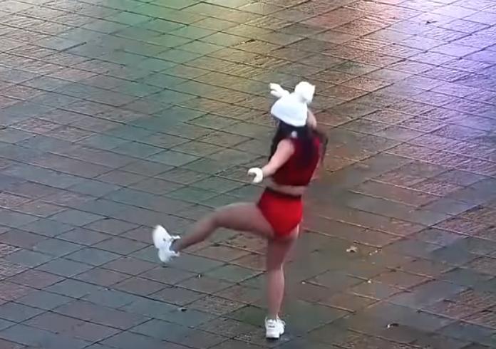 В Одессе полуголая девушка станцевала перед мэрией