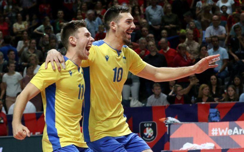 Юрій Семенюк (праворуч) в футболці збірної України