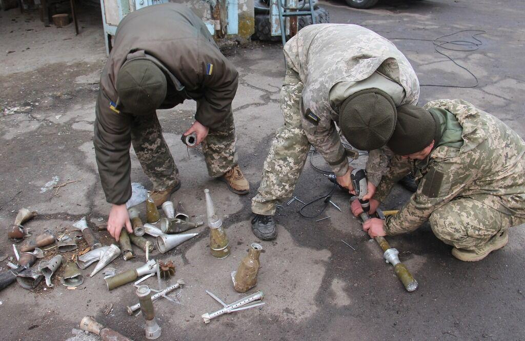 Воїни зібрали ялинку з уламків російських боєприпасів