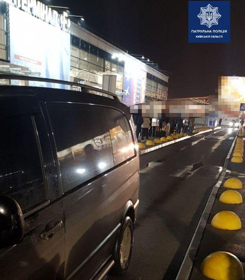 На территории аэропорта Борисполь Киевской области микроавтобус на пешеходном переходе наехал на пятилетнего ребенка