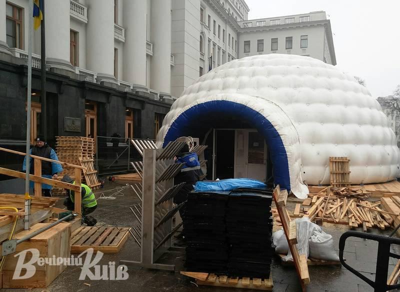 В Киеве под Офисом президента Украины, на улице Банковой, установили надувную юрту