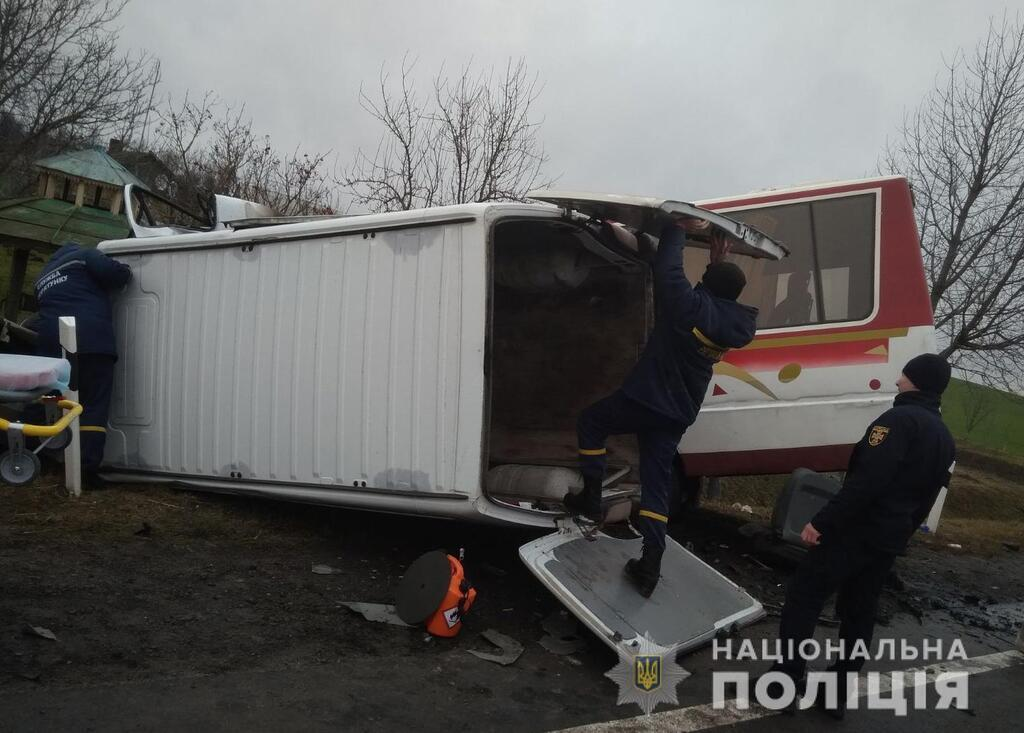 Постраждали обидва водії, а також 6 пасажирів рейсового автобуса