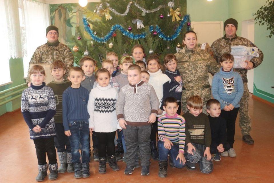 Діти прифронтових шкіл і дитячих садків у Луганській області отримали різдвяні подарунки
