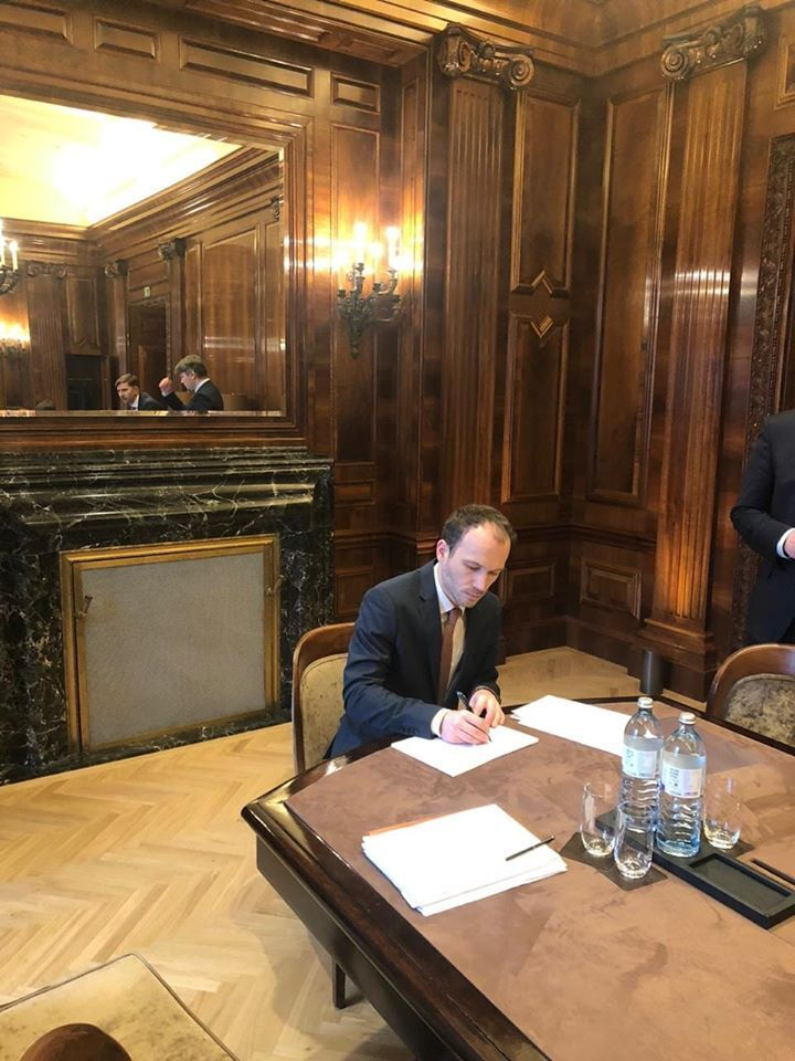 Представители Украины и России в воскресенье, 29 декабря, начали процесс подписания документов, связанных с транзитом газа