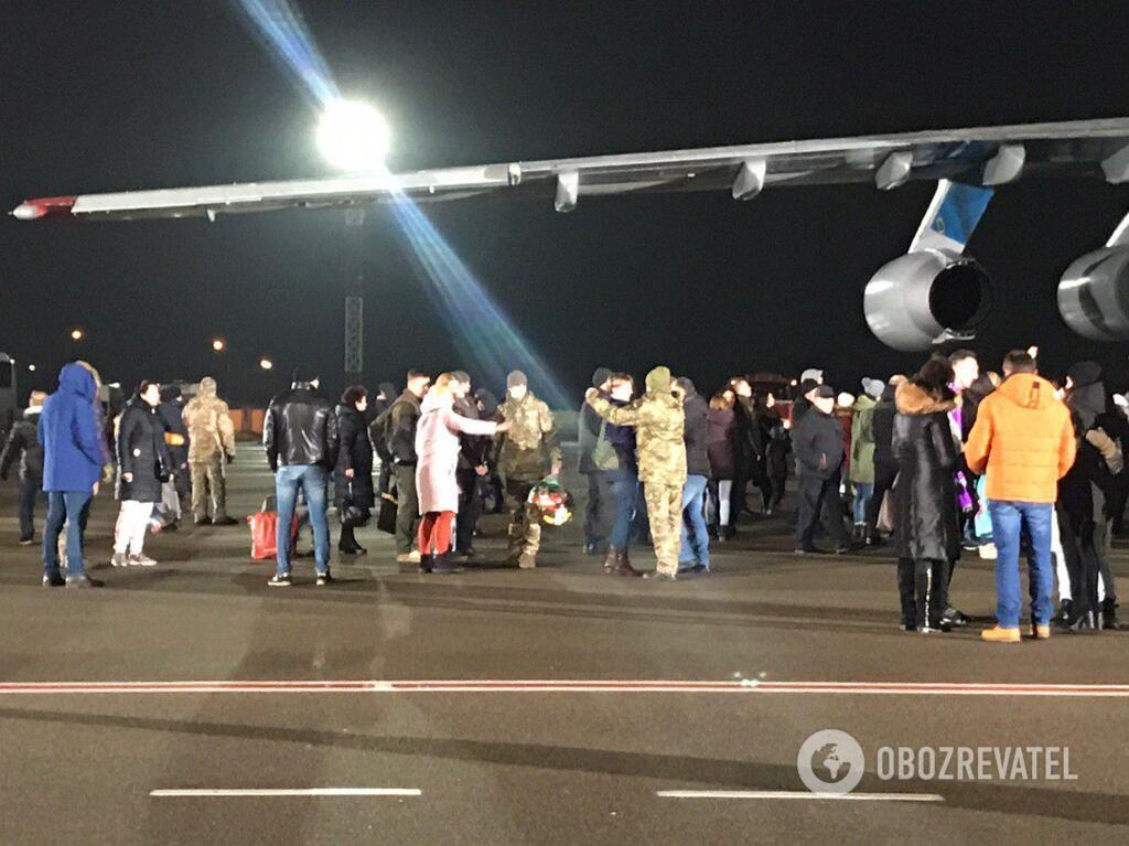 """Борт с украинцами приземлился в """"Борисполе"""""""