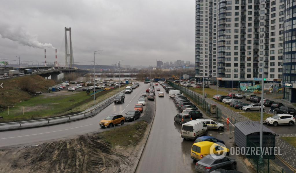 Автомобили паркуют кто где хочет. На фото - подъезд к Южному мосту