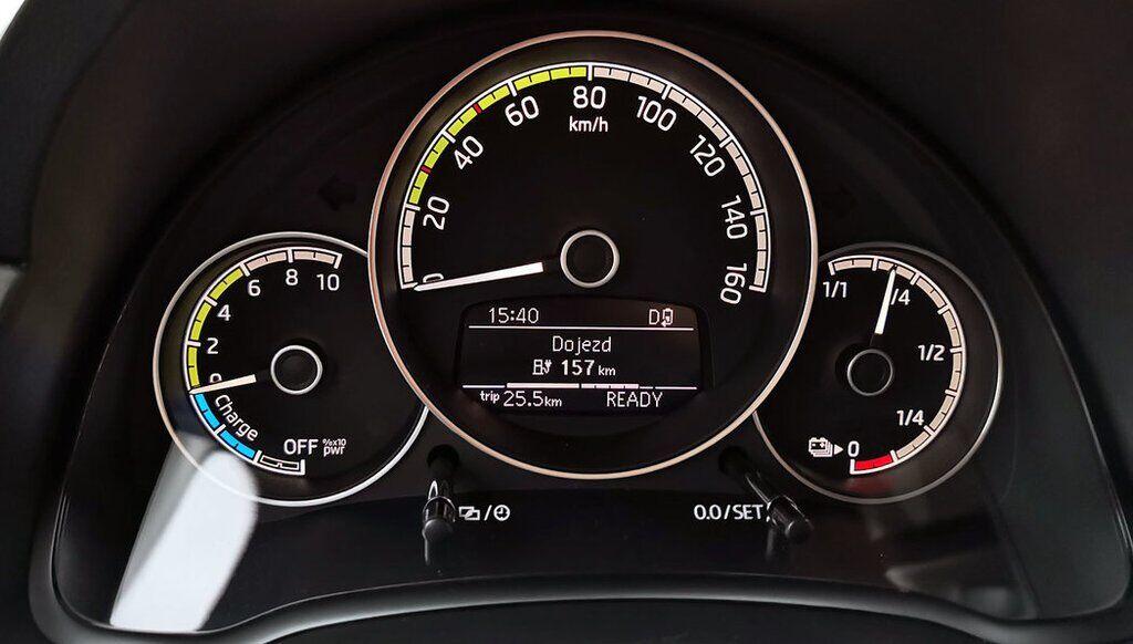 Бортовий комп'ютер Skoda Citigo-e iV показує дані про заряд батареї і запас ходу